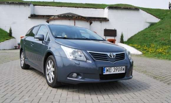 toyota avensis sw 20d4d 126km sol  volvo v70 16d 109km drive momentum 01 glo1