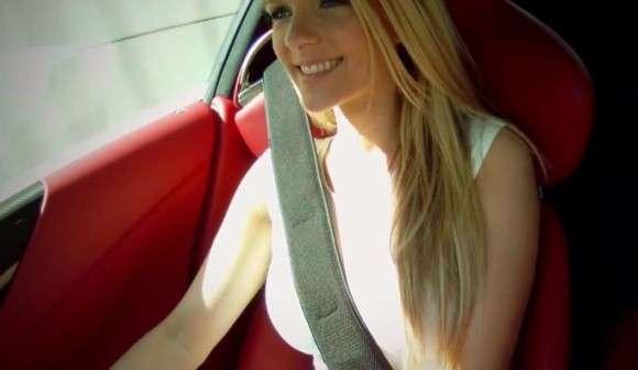 Piękna blondynka w Lexusie LFA dźwięk silnika
