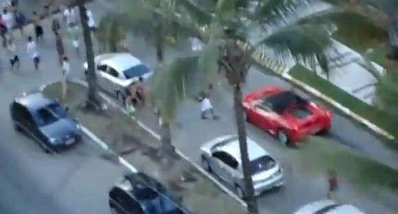 Ferrari F430 Spider zaatakowane przez nastolatków