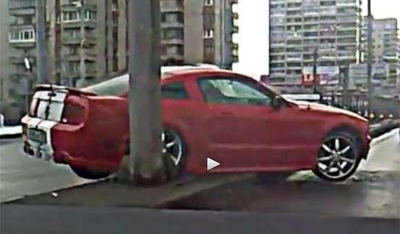 Ford Mustang w nieudanym drifcie