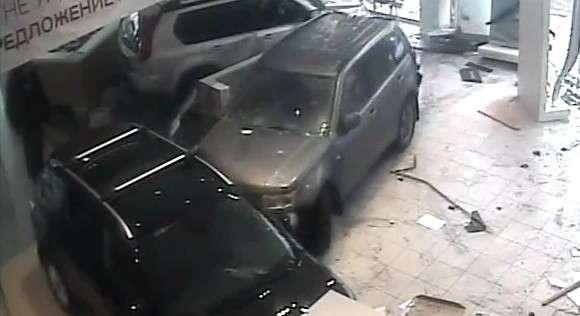 Niezadowolony klient w Suzuki Grand Vitara dewastuje salon Nissana