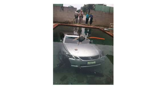 Lexus GS430 w basenie
