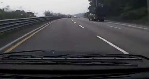Wypadek ciężarówki na autostradzie