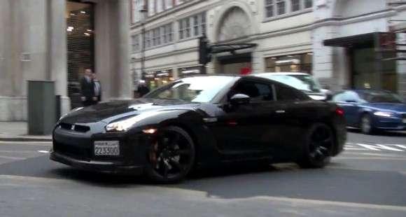 Arab driftuje Nissanem GT-R na ulicach Londynu