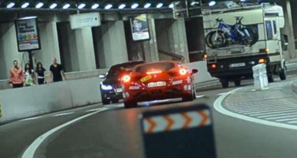 Idiotyczny manewr Ferrari 458 Italia w tunelu