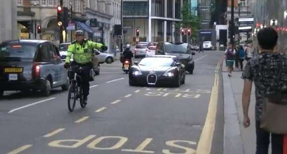 Bugatti Veyron zatrzymane przez brytyjskiego policjanta na rowerze
