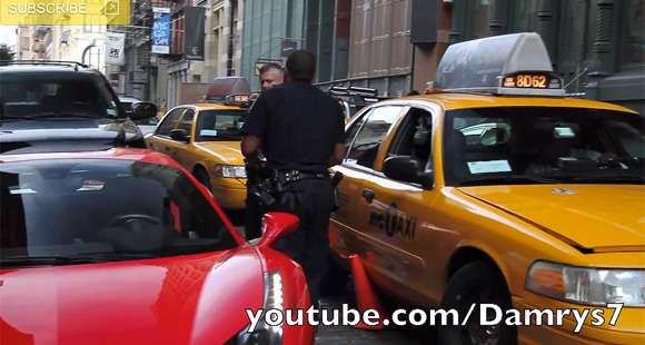 Ferrari 458 przejeżdża po nodze policjanta