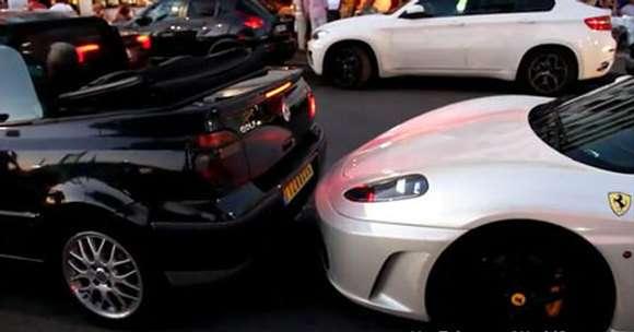 Kierowca Volkswagena Golfa cabrio uderza Ferrari F430