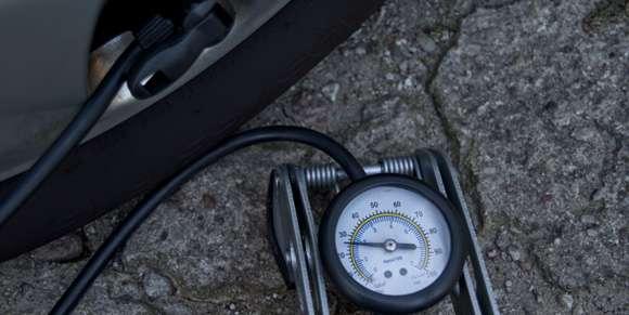 Regularne sprawdzanie ciśnienia w oponach