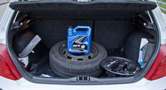 Usuwanie zbędnych rzeczy z bagażnika
